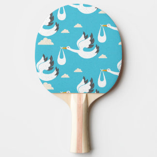 Cigüeñas lindas que llevan el modelo de los bebés pala de ping pong