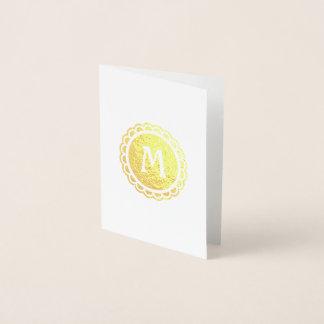 Círculo horneado a la crema y con pan rallado con tarjeta con relieve metalizado