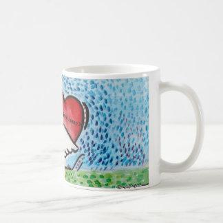 Cisne que lleva a cabo un corazón en su parte taza de café