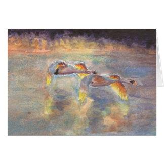 Cisnes dirigidos a casa en la puesta del sol tarjeta pequeña
