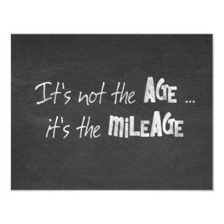 Cita chistosa de la edad avanzada en la pizarra invitación 10,8 x 13,9 cm