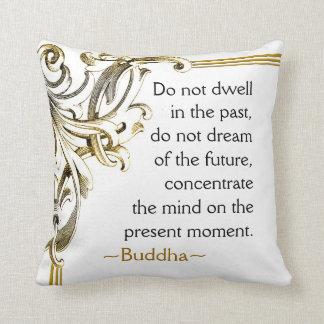 Cita de Buda del actual momento inspirada Cojín Decorativo