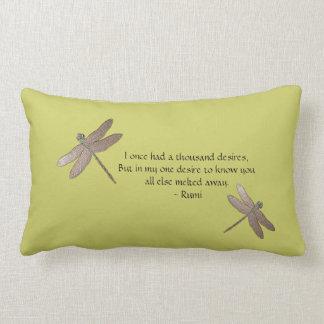 Cita de Rumi y almohada de tiro de la libélula