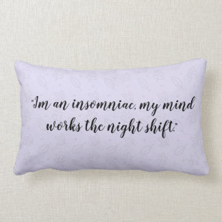 Cita insomne, almohada púrpura del modelo
