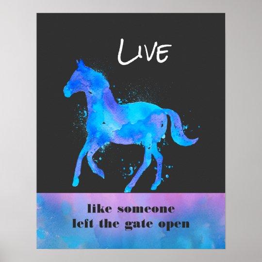 Live Like Someone Left The Gate Open Quote: Cita Inspirada Con Un Funcionamiento Del Caballo Póster
