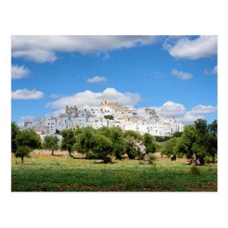 Ciudad blanca Ostuni y olivos, postal de Puglia
