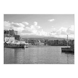 Ciudad en la orilla de la bahía del mar foto