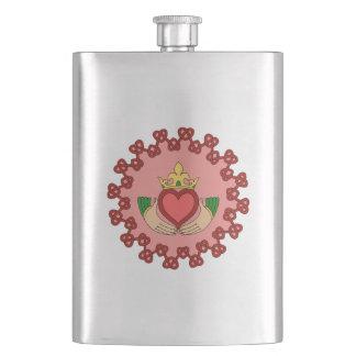Claddagh y Knotwork rojo en rosa Petaca