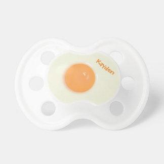 Clara de huevo y yema de huevo divertidas, chupete