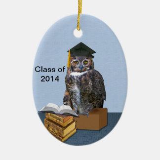 Clase chistosa del búho 2014 de la graduación adorno navideño ovalado de cerámica