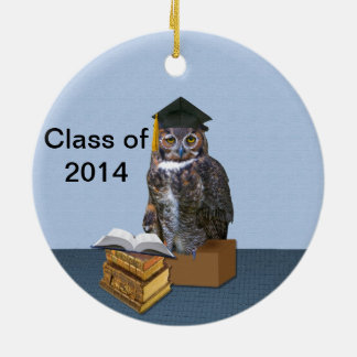 Clase chistosa del búho 2014 de la graduación adorno navideño redondo de cerámica