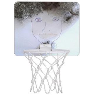 Clavada el aro de baloncesto loco del individuo