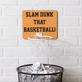 Clavada ese aro de baloncesto de la diversión del