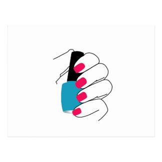 Clavos con un esmalte de uñas a disposición postal