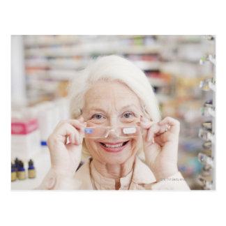 Cliente que intenta en lentes de la prescripción a tarjetas postales