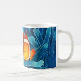 Clownfish en la escena del océano de los pescados taza de café