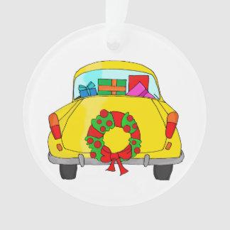 Coche amarillo con la guirnalda del navidad adorno