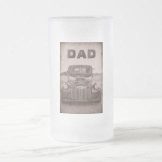 Coche clásico en una taza de cerveza para el papá