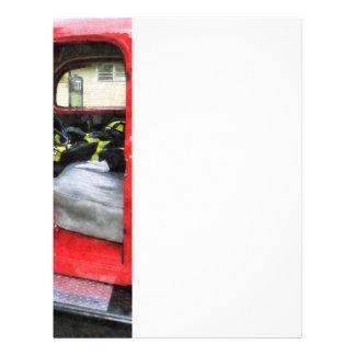 Coche de bomberos con el uniforme del bombero folleto 21,6 x 28 cm