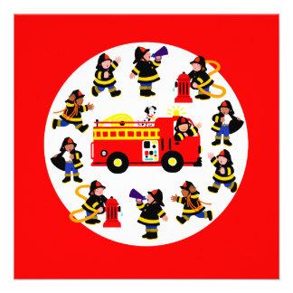 Coche de bomberos con los bomberos ocupados comunicado personal