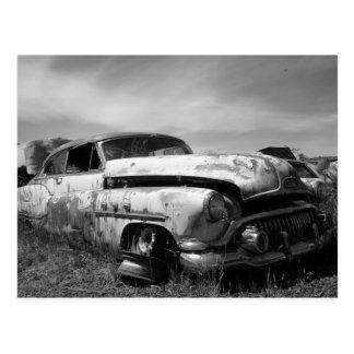 Coche de Buick en un Junkyard Postal