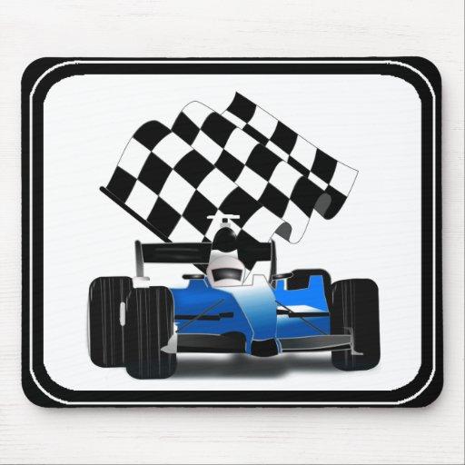 Coche de carreras azul con la bandera a cuadros tapetes de ratones