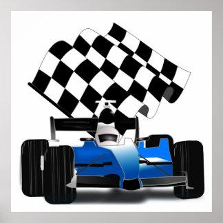 Coche de carreras azul con la bandera a cuadros póster