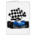 Coche de carreras azul con la bandera a cuadros tarjetón