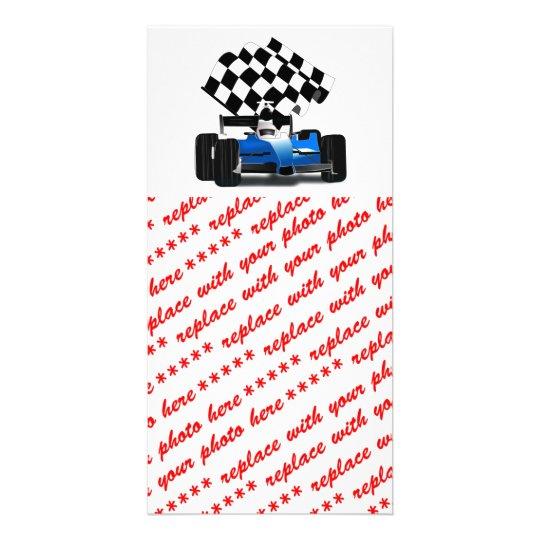 Coche de carreras azul con la bandera a cuadros tarjetas fotograficas