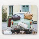 Coche del vintage con las porciones de equipaje tapete de raton