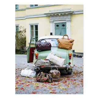 Coche del vintage con las porciones de equipaje postal