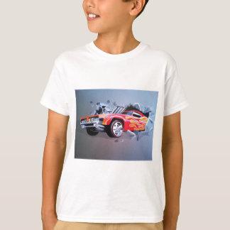 Coche que se estrella a través de la pared camiseta