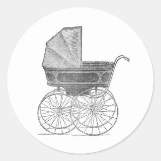 Cochecito de niño del bebé del vintage en blanco y pegatina redonda