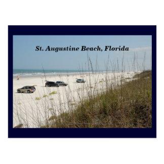 Coches parqueados en la playa postal
