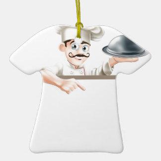Cocinero que señala en la muestra adornos