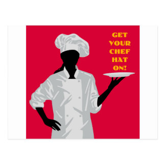Cocinero que sostiene el plato postal
