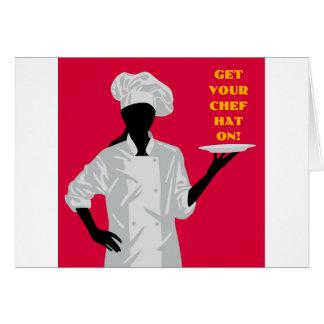 Cocinero que sostiene el plato tarjeta de felicitación