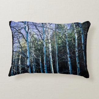 Cojín Decorativo Álamos tembloses y árboles de pino en la caída