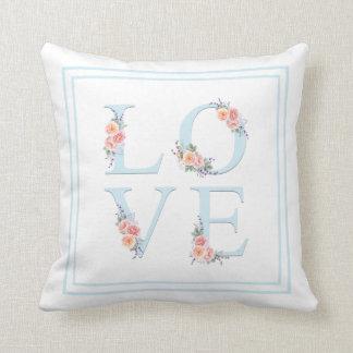 Cojín Decorativo Amor floral de la acuarela en tipografía de la