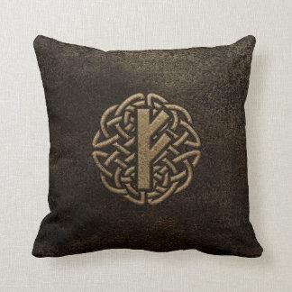 Cojín Decorativo Amuleto grabado en relieve del metal antiguo de la