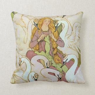 Cojín Decorativo Bella arte salvaje de Eleanor Abbott de los cisnes