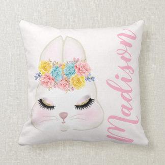 Cojín Decorativo Cara rosada personalizada del conejito floral