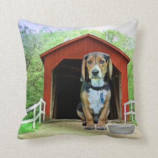 Cojín Decorativo Casa de perro cómica del puente cubierto de la