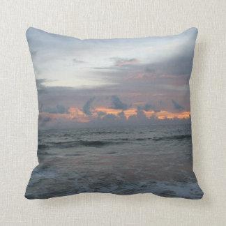 Cojín Decorativo Cielo del rojo de la playa del océano de la salida
