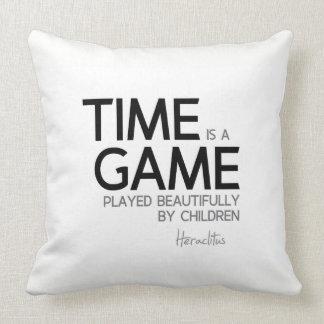 Cojín Decorativo CITAS: Heraclitus: El tiempo es un juego