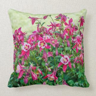 Cojín Decorativo Columbine rosado y blancocon las hojas verdes