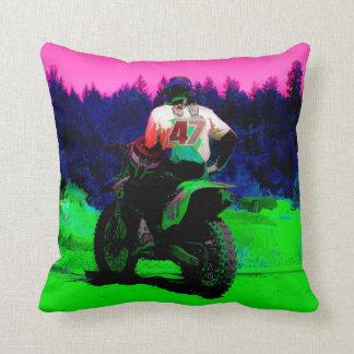 Cojín Decorativo Comprobando la pista - corredor del motocrós