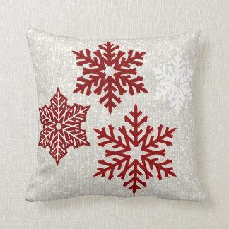 Cojín Decorativo Copos de nieve rojos chispeantes del navidad