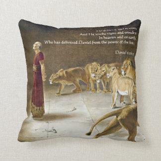 Cojín Decorativo Daniel en la escritura del arte de la biblia de la