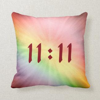 Cojín Decorativo Diseño bonito del 11:11 del arco iris